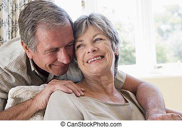 paar, relaxen, in, woonkamer, het glimlachen