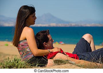 paar, relaxen, op het strand