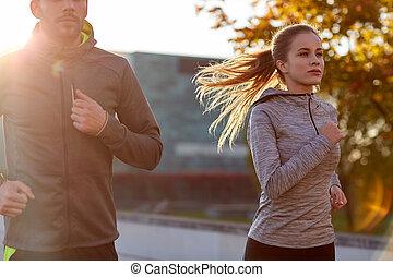 paar, rennende , buitenshuis