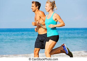 paar, rennende , op het strand
