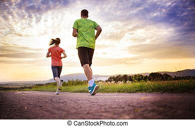 paar, rennende , op, ondergaande zon