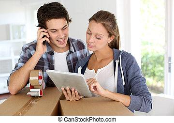 paar, roepende, vervoeren, bedrijf, intrekken, nieuw huis