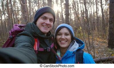 paar, rucksackwandern, wandern, selfie, junger, wald, machen, rucksäcke, concept., glücklich
