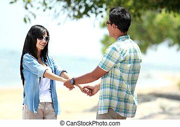 paar, samen, holdingshanden, strand, vrolijke