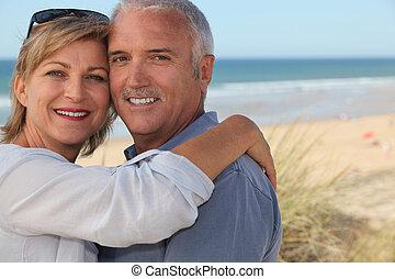 paar, sandstrand, älter, umarmen