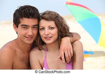 paar, sandstrand, junger, zusammen