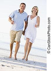 paar, sandstrand, lächeln, halten hände