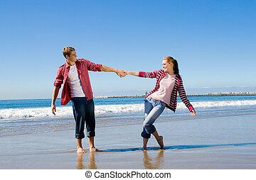 paar, sandstrand, spielende