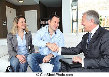 paar, schüttelnd, agent, real-estate, hand