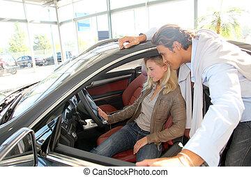 paar, schauen, innenseite, neues auto