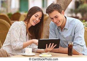 paar, schouwend, media, in, een, tablet, in, een, restaurant