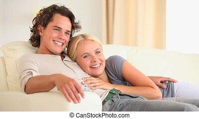 paar, schouwend, sofa, tv, vrolijke