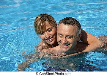 paar, schwimmender, in, hotelschwimmbad