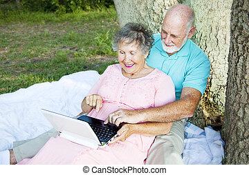 paar, senior, buitenshuis, gegevensverwerking