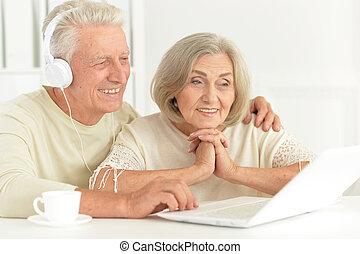 paar, senior, gelukkig huis