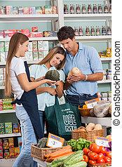 paar, shoppen, gemuese, während, verkäuferin, assistieren, sie