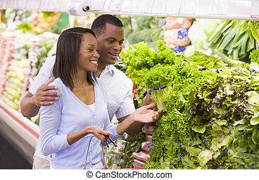 paar, shoppen , in, groenteafdeling