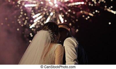 paar, silhouette, hintergrund, fireworks., jungvermählten, liebe, aufpassen, feuerwerk