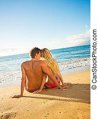 paar, sitzen, auf, a, sandig, tropischer strand