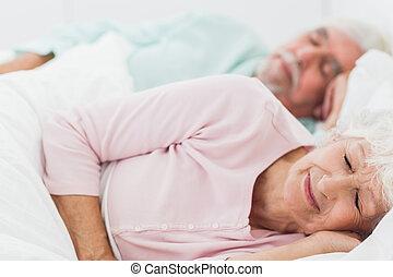 paar, slapende, in bed