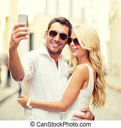 paar, smartphone, selfie, boeiend, het glimlachen