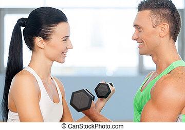 paar, spaß haben, heben, weights., athletische, mann frau, mit, a, hanteln