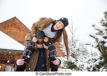 paar, spaß haben, und, lachender, in, winter