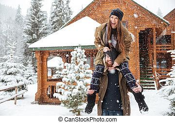 paar, spaß haben, zusammen, in, winter