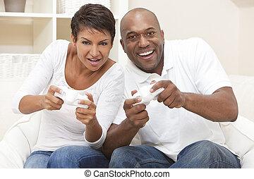 paar, spielende , haben, video, amerikanische , spaß, spiel, afrikanisch, konsole