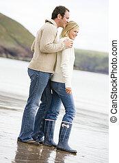 paar, staand, op, strand, het glimlachen