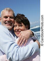 paar, strand, middelbare leeftijd