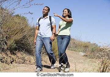 paar te lopen, op, steegjes, holdingshanden, en, het glimlachen