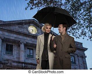 paar, tegen, paraplu, gebouw facade, elegant