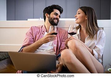 paar, thuis, het glimlachen, draagbare computer, vrolijke , gebruik