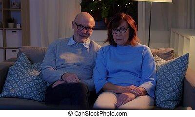 paar, thuis, vrolijke , het schouwen tv, senior, avond