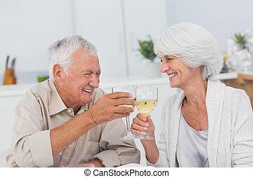paar, toasten, mit, weißwein