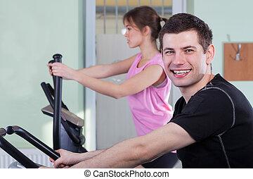 paar, trainieren, an, fitness, turnhalle