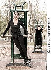 paar, trainieren, in, öffentlichkeit, draußen, turnhalle