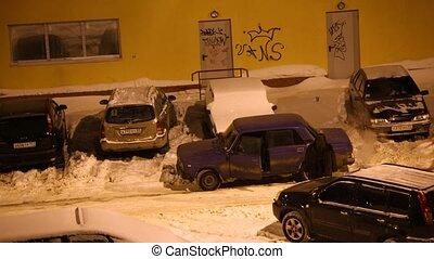 paar, tries, zu, unstuck, ihr, auto, von, der, schnee, nach,...