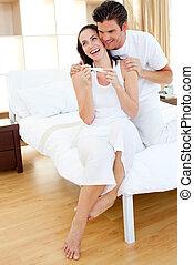 paar, uit, blij, zwangerschap, resultaten, test, bevinding