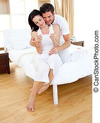 paar, uit, zwangerschap, resultaten, vrolijk, test, bevinding