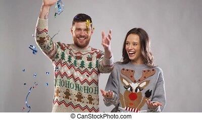 paar, unter, party, glückliches weihnachten, serpentine