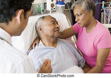 paar- unterhaltung, doktor, älter, schauen, besorgt