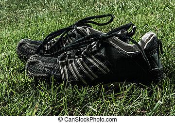 paar, van, black , sport schoenen, op, gras veld