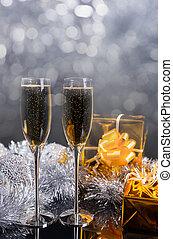 paar, van, champagne bril, op, tafel, met, goud, kadootjes