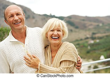 paar, van middelbare leeftijd, buitenshuis