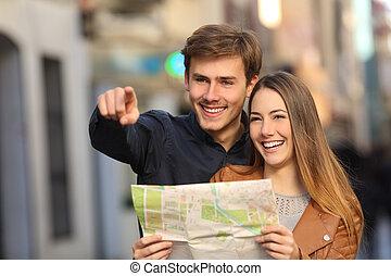 paar, van, toeristen, grondig, een, straat, in, een, kaart