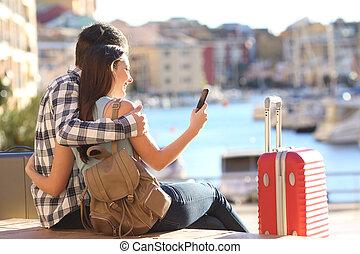 paar, van, toeristen, grondig, op, een, smart, telefoon