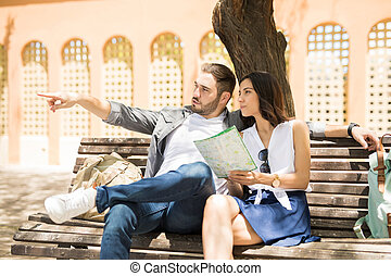 paar, van, toeristen, grondig, plaats, zitting op de rechtbank, gedurende, een, zomer, reizen