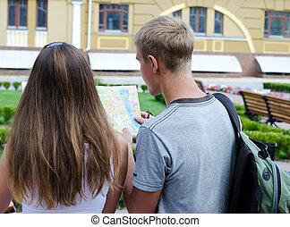 paar, van, toeristen, lezende , een, kaart